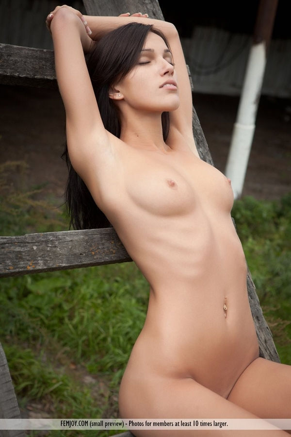 Naked in the yard A beautiful nubile babe – Nude Women In Public