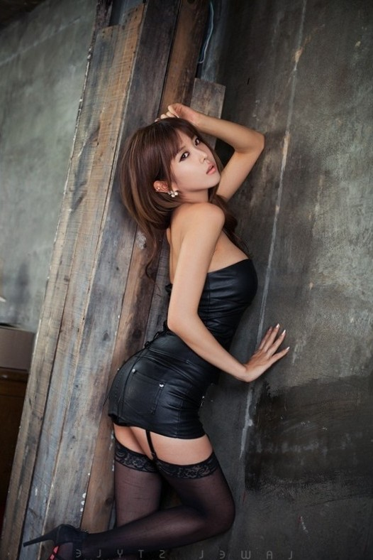 Sexy Korean Models – Heo Yun Mi in a sexy latex outfit with black stockings